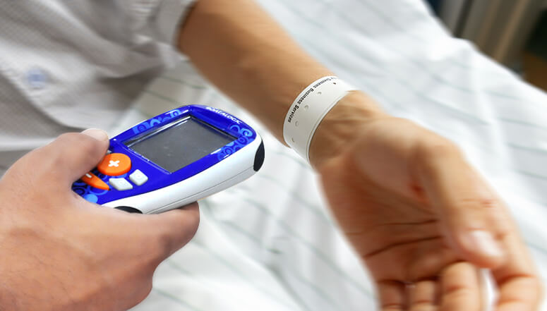 Patient wristband for efficient tracking and management in healthcare